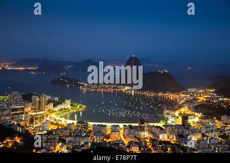 La baie, la ville et le mont du Pain de Sucre au crépuscule, Rio de Janeiro, Brésil Banque D'Images