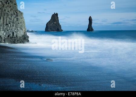 Les colonnes basaltiques de Reynisdrangar et la plage de sable noir de Reynisfjara qui jouit près du village de Vík í Mýrdal, le sud de l'Islande