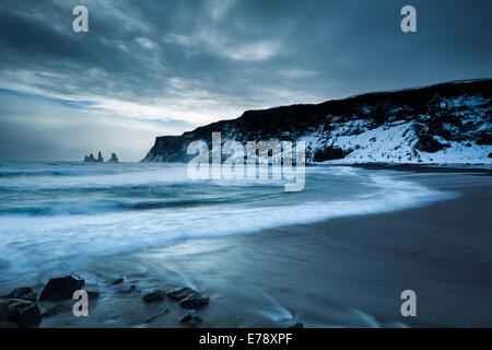 La plage de sable noir à Vík í Mýrdal en hiver, avec le Renisdrangar au-delà basaltiques, le sud de l'Islande