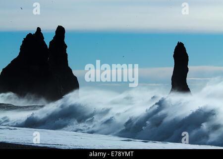 Vagues se brisant sur Renisfjara plage en face de l'basaltiques de Reynisdrangar, le sud de l'Islande Banque D'Images
