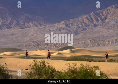 Les touristes sur Mesquite Flat dunes de sable, et Grapevine Mountains, près de Stovepipe Wells, Death Valley National Park, désert de Mojave