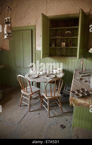 Intérieur de cuisine dans maison à Bodie Ghost Town ( altitude 8379 ft / 2554 m ), Bodie Hills, comté de Mono, l'Est Banque D'Images