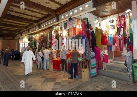 Les clients et les boutiques dans le marché Muttrah Souq, Muttrah, Muscat, Oman Banque D'Images