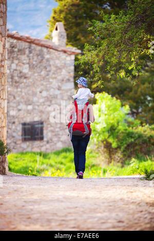Touriste portant son fils sur les épaules à l'extérieur Banque D'Images