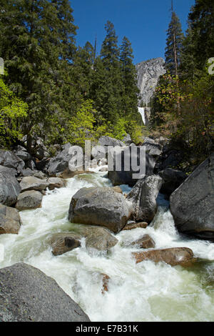Merced River et l'automne, la brume Vernal Trail, Yosemite National Park, California, USA Banque D'Images