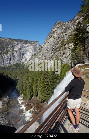 À l'automne, la brume Vernal Trail, Yosemite National Park, California, USA