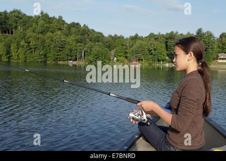 Jeune fille d'un canot de pêche Banque D'Images