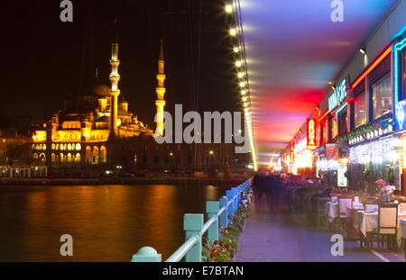 Les gens s'amuser à cafés restaurant sur le pont de Galata. Le pont de Galata est un célèbre lieu de divertissement Banque D'Images