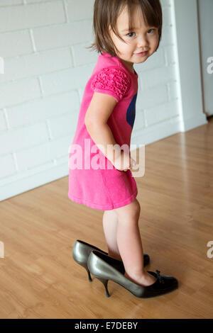 Baby Girl dans les chaussures de sa mère Banque D'Images
