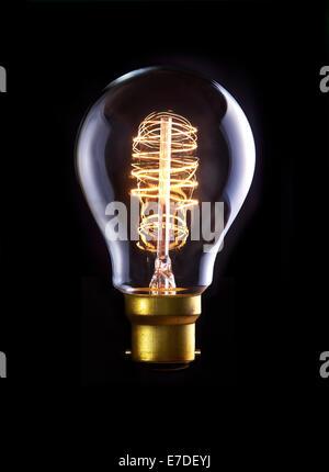 Une ampoule d'Edison classique avec une boucle filament. Sous tension. Banque D'Images