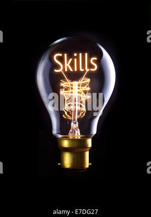 Concept des compétences dans une ampoule à incandescence. Banque D'Images