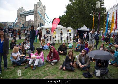 Rassemblement de personnes pour se détendre, écouter les bandes et d'autres activités au Village du ruban bleu. Banque D'Images