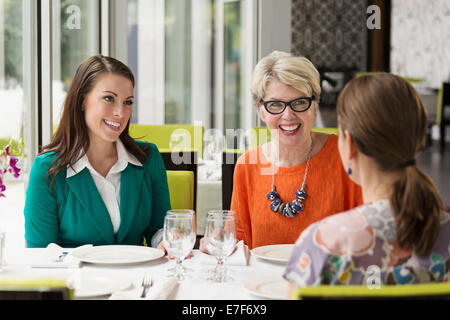 Caucasian woman in restaurant Banque D'Images