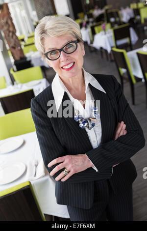 Caucasian businesswoman smiling in restaurant Banque D'Images