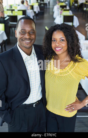 African American couple smiling in restaurant Banque D'Images