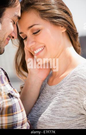 L'homme souriant visage de femme caressant