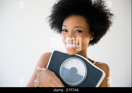 African American Woman holding scale Banque D'Images