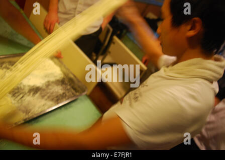 Chef making nouilles dans restaurant, Beijing, China 2014 Banque D'Images