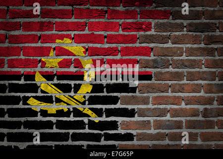 La texture du mur de brique sombre - drapeau peint sur mur - Angola Banque D'Images