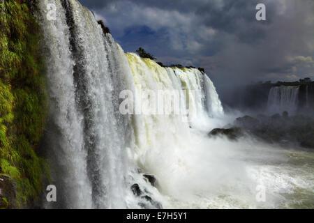 Iguassu Falls, la plus grande série de cascades du monde, Vue de côté Brésilien Banque D'Images