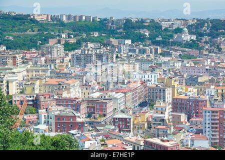 Vue d'en haut sur les maisons de Naples dans le paysage urbain et le paysage urbain de l'immeuble d'appartements Banque D'Images