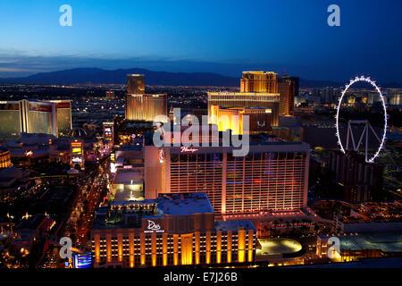Vue sur Las Vegas et High Roller grande roue au crépuscule, à partir de la réplique de la Tour Eiffel à Paris Hotel Banque D'Images