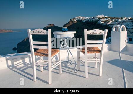 Hôtel Galini Table et chaises donnant sur la caldeira, Firostefani, Santorini, Cyclades, îles grecques, Grèce, Europe Banque D'Images