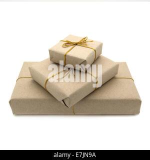 Colis enveloppé dans du papier brun. Arrière-plan blanc. Banque D'Images