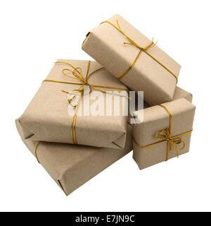Cadeau enveloppé dans du papier brun. Isolé sur un fond blanc. Banque D'Images