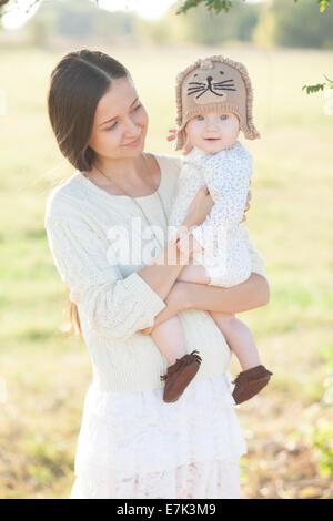Joli bébé dans les bras Banque D'Images