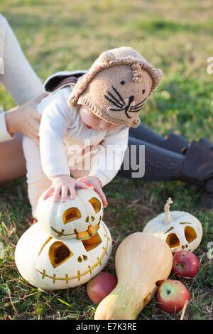 Bébé en jouant avec des armes pumpkins Banque D'Images