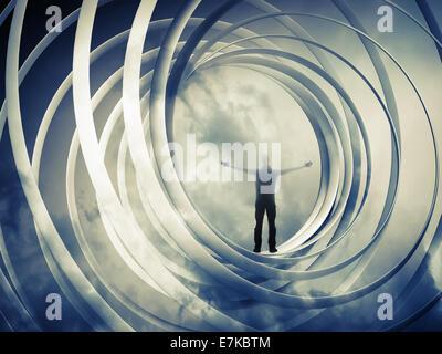 L'homme se tient à l'intérieur de l'abstraction en spirale sur fond ocre foncé Banque D'Images