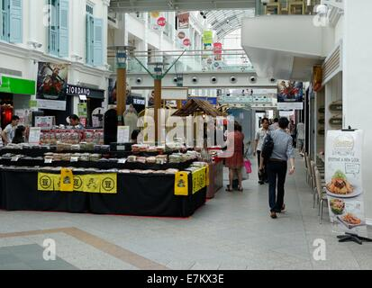 Shopping dans le centre commercial de Bugis Junction, Singapour Banque D'Images