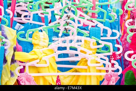 Les tops colorés en vente sur un marché Banque D'Images
