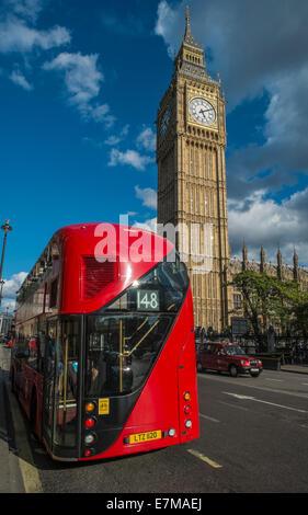 Bus de Londres passant le Parlement de Westminster Bridge Banque D'Images