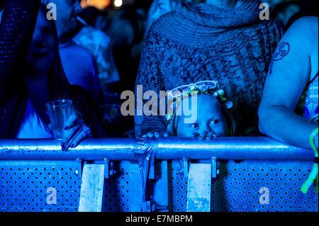 Une jeune fille s'amusant à l'Brownstock Festival en Essex. Banque D'Images