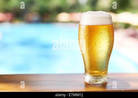 Verre de bière sur la table de bar au café en plein air. Banque D'Images