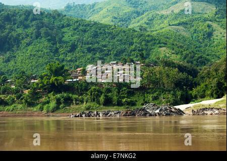 Paysage rural de la for t tropicale petit village d 39 asie for Maison traditionnelle laos