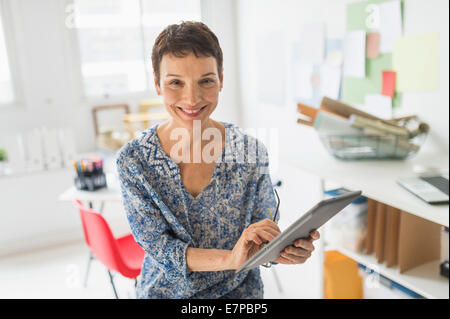 Portrait of woman working in office Banque D'Images