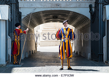 Gardes suisses à la place Saint-Pierre, Vatican, Italie Banque D'Images