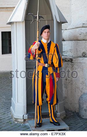 Garde suisse à la place Saint-Pierre, Cité du Vatican Banque D'Images