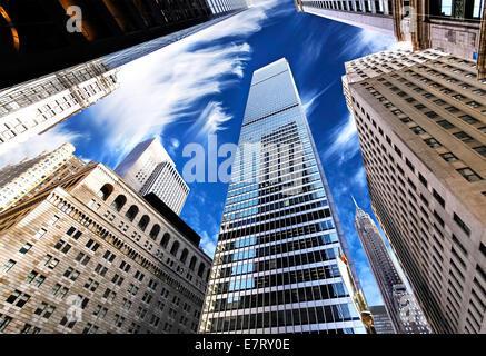 Gratte-ciel de Manhattan, à la recherche jusqu'au ciel, la ville de New York. Banque D'Images