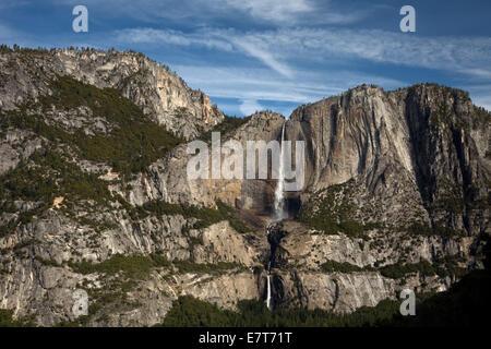 CA02318-00...CALIFORNIE - Yosemite Falls supérieur et inférieur des 4 Mile Trail dans le Parc National Yosemite. Banque D'Images