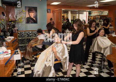 Les femmes Vietnamese-American, coiffeurs, salon de coiffure, de travail, de l'Asie Garden Mall, City of westminster, Banque D'Images