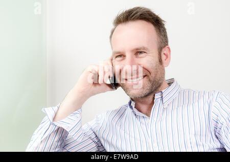 Portrait d'un horizontal Caucasian middle-aged bel homme portant une chemise à manches longues chemise colorée tout Banque D'Images