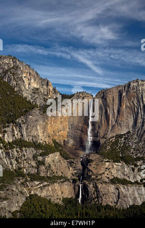 CA02319-00...CALIFORNIE - Yosemite Falls supérieur et inférieur des 4 Mile Trail dans le Parc National Yosemite. Banque D'Images