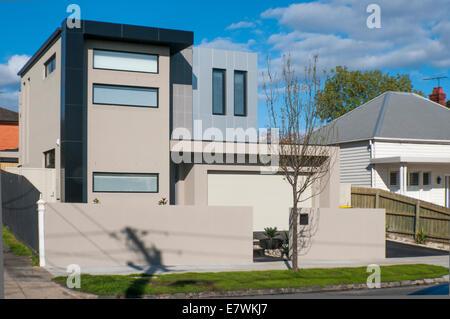 Un accueil moderne angulaire nettement plus d'affrontements avec des styles architecturaux (Edwardian) dans la banlieue Banque D'Images