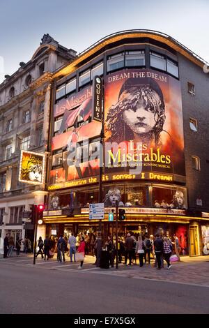 La Queens theatre, Shaftesbury Avenue London West End, montrant Les Miserables; London UK