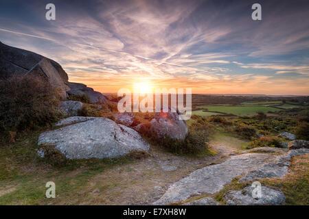 Beau lever de soleil sur la campagne de Cornwall, du Helman Tor un affleurement de roches de granit et la lande sauvage
