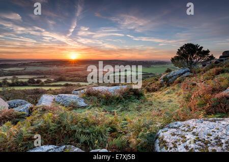 Un beau lever de soleil de l'automne Helman Tor un éperon rocheux de granit et de lande sauvage près de Bodmin à Cornwall